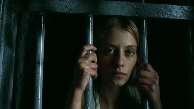 vídeos de stock, filmes e b-roll de mulheres segurando barras e olhando através - grade de prisão