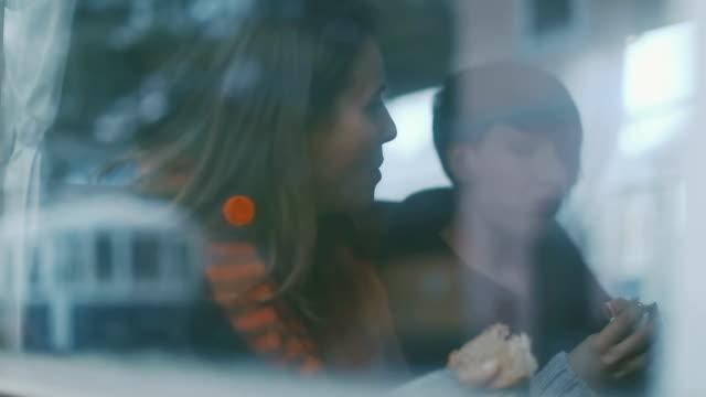 vidéos et rushes de femme dans un train, qui voyagent ensemble - monsieur et madame tout le monde