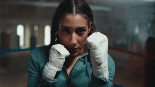 ボクシングのリングの女性 - ボクシンググローブ点の映像素材/bロール