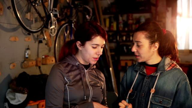 donna d'affari, lavorando in un garage - proprietario video stock e b–roll