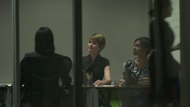 vídeos y material grabado en eventos de stock de ms women in conference room, chicago, illinois, usa - compromiso de los empleados