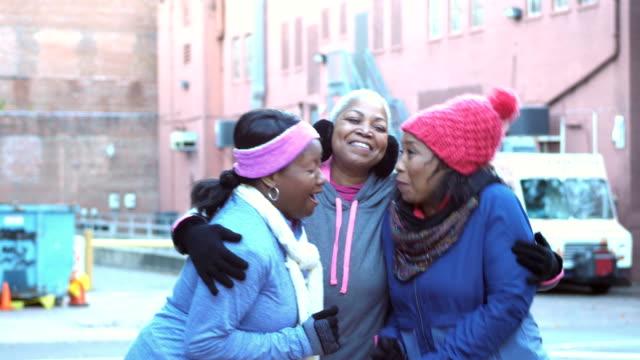 vidéos et rushes de femmes à chapeaux et écharpes, parler, rire, embrassant - 55 59 ans