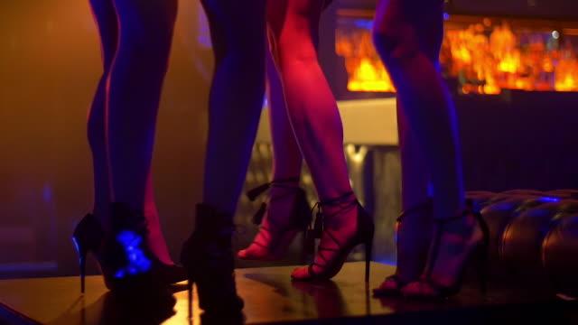 vídeos y material grabado en eventos de stock de td slo mo women in high heels dancing on nightclub table - mujer seductora