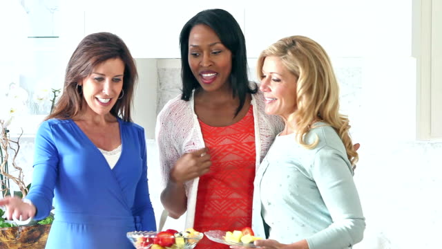 vídeos y material grabado en eventos de stock de mujeres en la cocina hablando de alimentos sobre mostrador - anfitriona de la fiesta