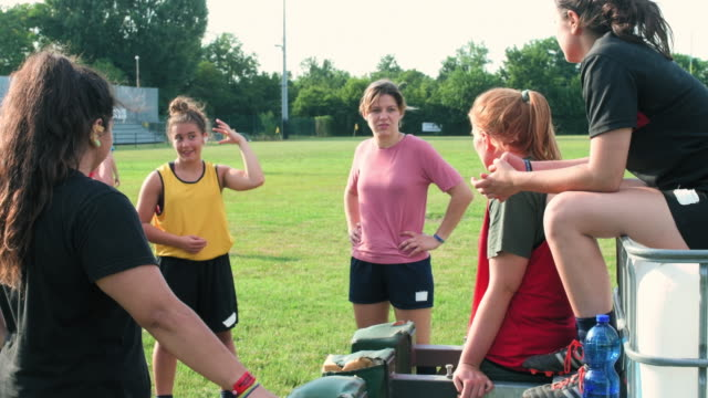 vídeos de stock e filmes b-roll de women in rugby field - 18 19 anos