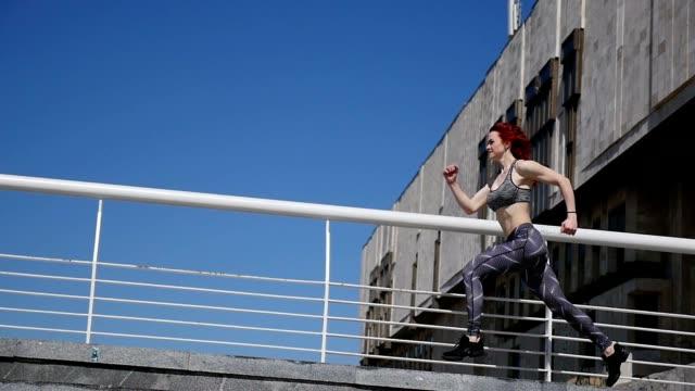 Frauen im Sport. Schöne Mädchen Athlet beschäftigt sich laufen. Slow-motion