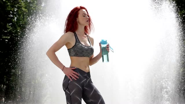 stockvideo's en b-roll-footage met vrouwen in de sport. mooi meisje sportman water drinkt. slow motion - 20 24 years