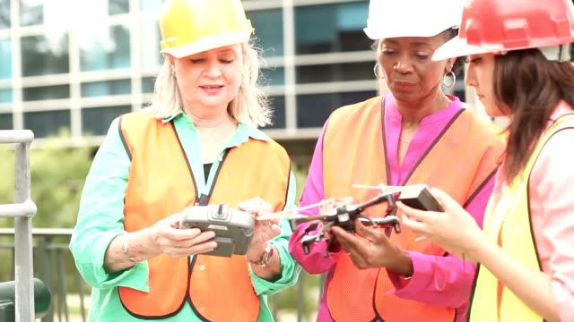 Vrouwen in stam - ingenieur of architect team werken op een bouwproject in de stad.
