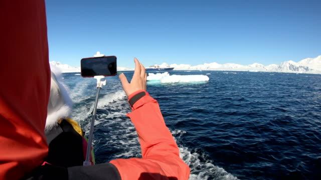 氷の世界、南極大陸の女性 - 南極点点の映像素材/bロール