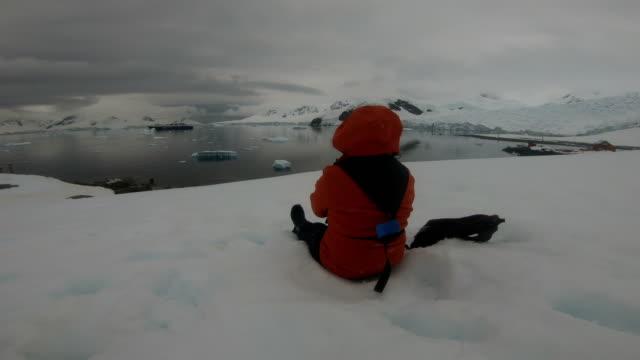 women in the ice world, antarctica - cappotto invernale video stock e b–roll
