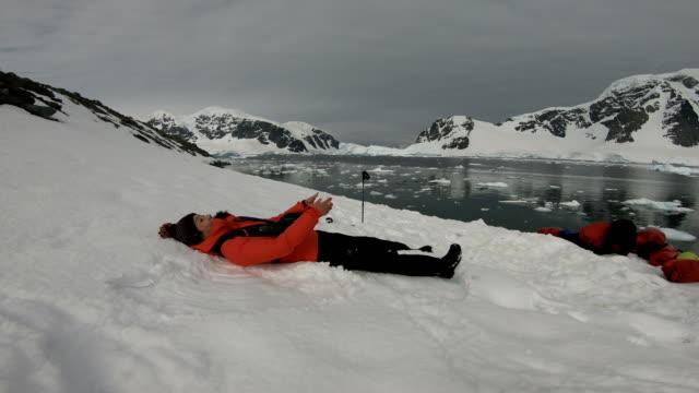 vidéos et rushes de femmes dans le monde de la glace, l'antarctique - manteau et blouson d'hiver