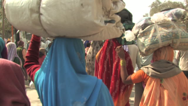 ms, women in traditional clothing carrying large loads on heads, rear view, allahabad, uttar pradesh, india - carrying stock videos and b-roll footage