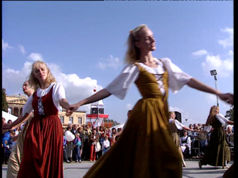 vídeos de stock e filmes b-roll de women in traditional costumes perform dance at festival germany - dança tradicional
