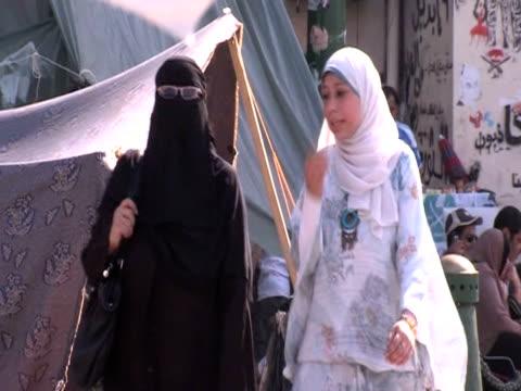 women in veils walk in the streets of cairo - religiöse kleidung stock-videos und b-roll-filmmaterial