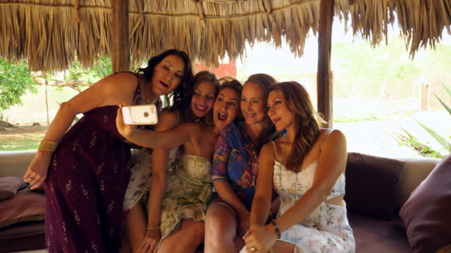 vidéos et rushes de ms women in wedding party taking a group selfie before ceremony at luxury resort - 45 49 ans
