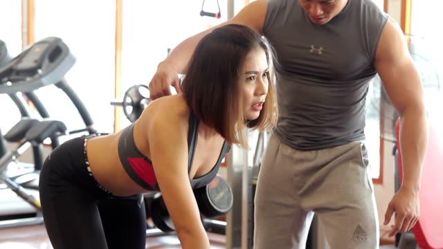 女性のお客様には、トレーナーによるエクササイズ - インストラクター点の映像素材/bロール