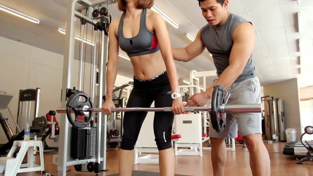 Frau ist Training mit trainer