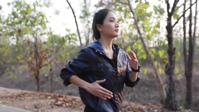 vrouwen Jogging en lopers benen. Slow-motion