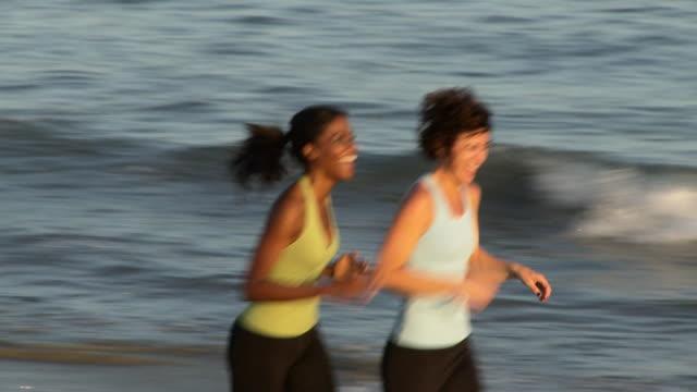 vidéos et rushes de women jogging on the beach - seulement des femmes