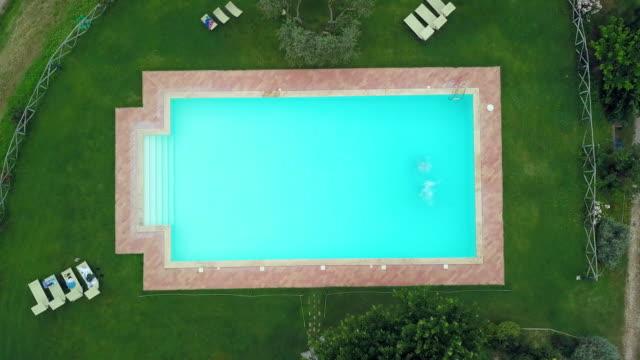 vídeos de stock, filmes e b-roll de women jumping into pool - umbria