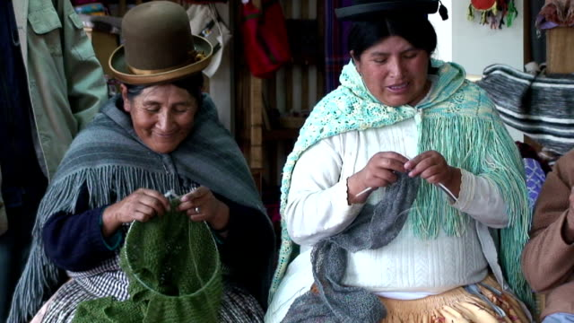 stockvideo's en b-roll-footage met women knitting, bolivia, la paz - bolivia