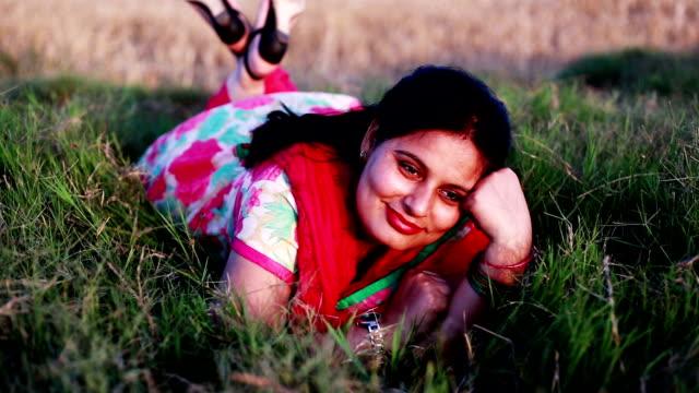 女性の自然の中を敷設 - indian ethnicity点の映像素材/bロール