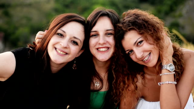 vídeos de stock, filmes e b-roll de mulheres olhando para câmera e sorrir - três pessoas