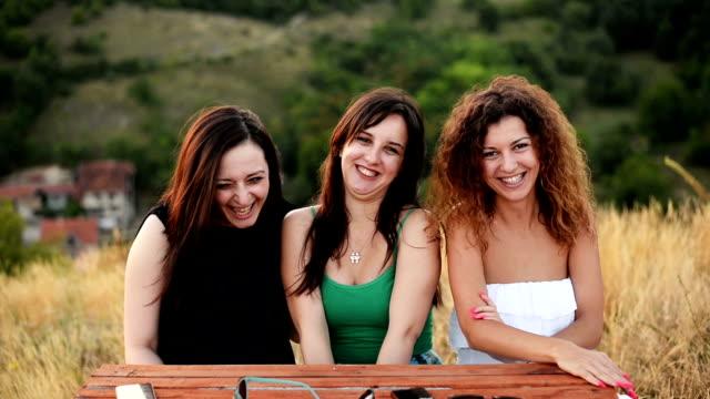 vidéos et rushes de femmes regardant la caméra et smiling. - vie sociale