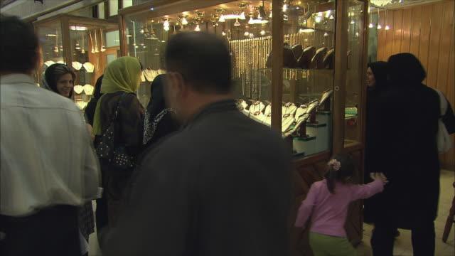ms women looking at jewelry store display in grand bazaar, isfahan, iran - skåp med glasdörrar bildbanksvideor och videomaterial från bakom kulisserna