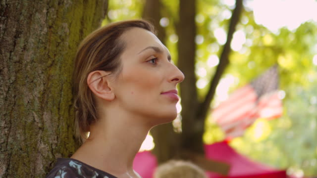 kvinnor tittar på usa: s flagga - profil sedd från sidan bildbanksvideor och videomaterial från bakom kulisserna