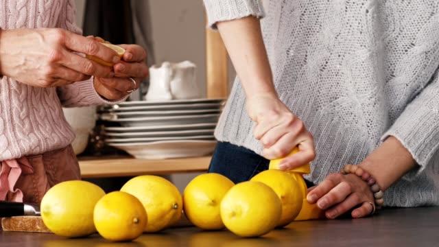 vídeos y material grabado en eventos de stock de mujeres haciendo limonada en el mostrador de la cocina - hecho en casa