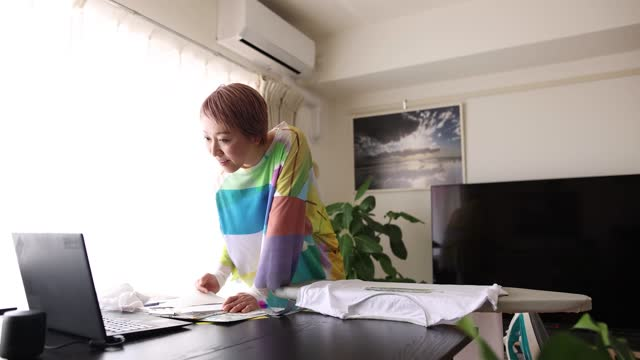 stockvideo's en b-roll-footage met a women making original design t-shirts at home and in online courses. - alleen één oudere vrouw