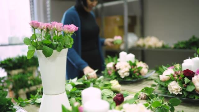 women making wedding floral arrangement - flower arrangement stock videos & royalty-free footage