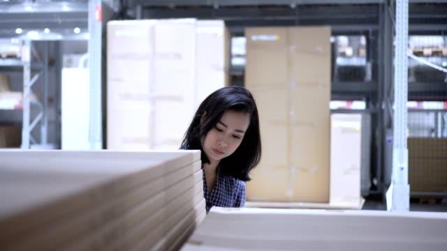 倉庫で働く女性肉体労働者 - 貯蔵庫点の映像素材/bロール