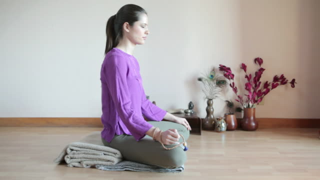 vídeos de stock e filmes b-roll de women meditating cross legged - cross legged