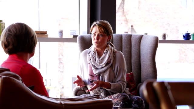 Vrouwen ontmoeten voor koffie