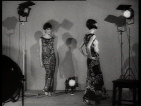 b/w women modeling dresses in studio / sound - modenschau stock-videos und b-roll-filmmaterial