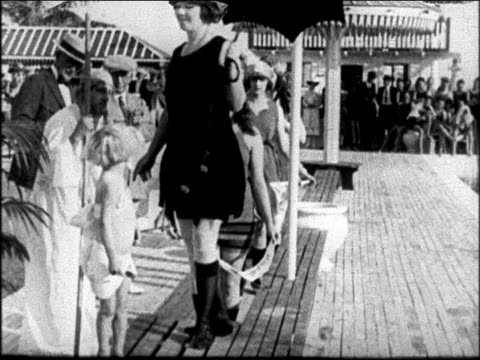vídeos y material grabado en eventos de stock de b/w 1922 women modeling swimsuits on boardwalk at miami beach / newsreel - traje de baño de una pieza