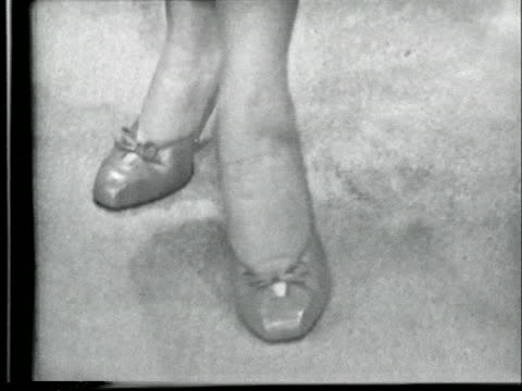 vídeos y material grabado en eventos de stock de women models a pair of pumps in 1953 - pantimedias