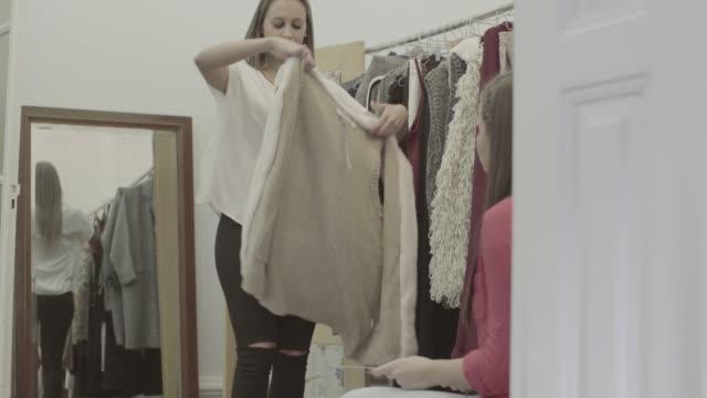 vídeos de stock e filmes b-roll de women new business clothes dressmaker startup - viciado em compras