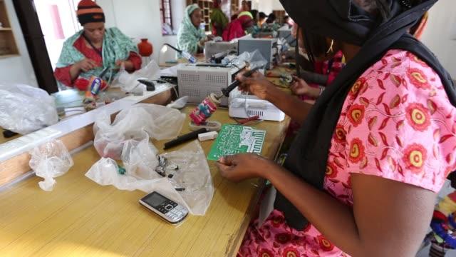 women on a solar workshop, learning how to make solar lanters at the barefoot college in tilonia, rajasthan, india. the barefoot college is a... - lärarinna bildbanksvideor och videomaterial från bakom kulisserna