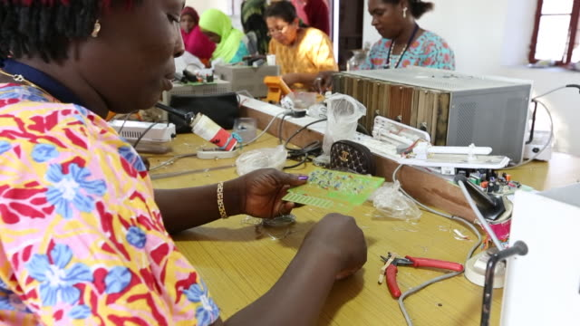 women on a solar workshop, learning how to make solar lanters at the barefoot college in tilonia, rajasthan, india. the barefoot college is a worldwide charity, founded by bunker roy, its aims are, education, drinking water, electrification through solar p - creazione video stock e b–roll