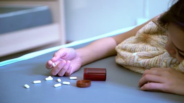 vídeos de stock, filmes e b-roll de mulheres em comprimidos ou drogas e álcool. - proibido