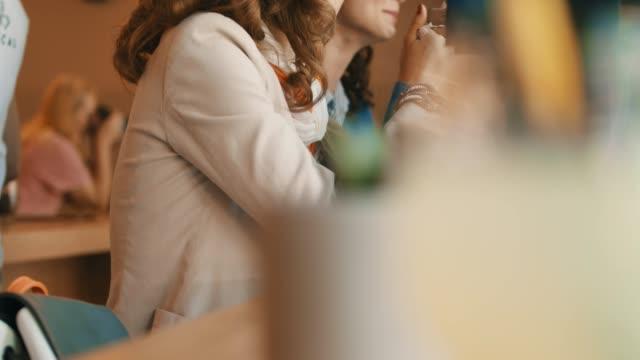stockvideo's en b-roll-footage met vrouwen op hun lunch-rem - focus op achtergrond