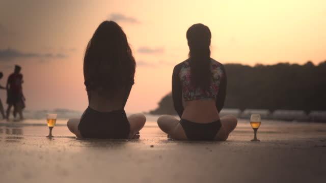 vídeos de stock e filmes b-roll de lgbt women on vacation at beach - aniversário especial