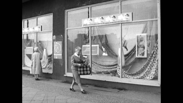 vídeos y material grabado en eventos de stock de women outside fabric shop windows in east berlin; 1959 - falda