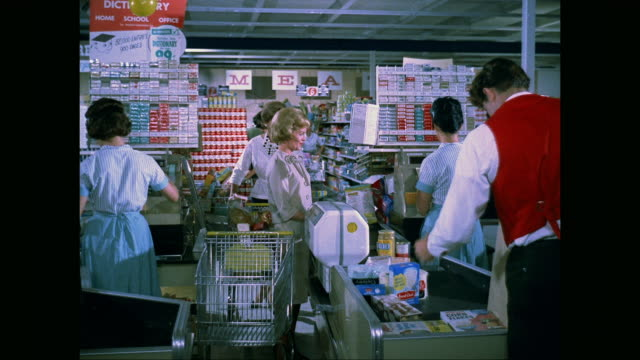 stockvideo's en b-roll-footage met ms women paying bill at supermarket checkout / united states - supermarkt