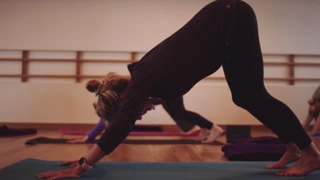 frauen yoga darstellen - sich verschönern stock-videos und b-roll-filmmaterial