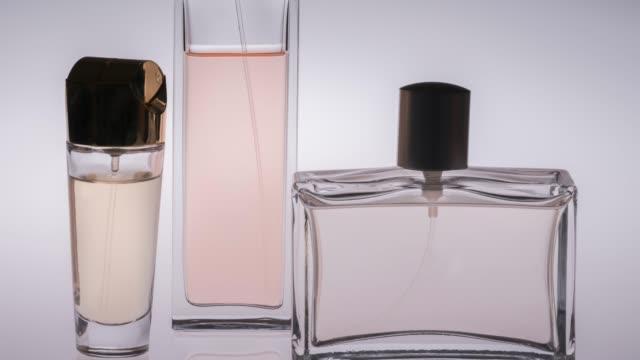 vídeos de stock e filmes b-roll de women perfume bottles horizontal, isolated on white - perfumado