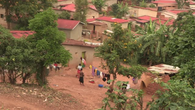 women pick up the laundry, rural rwanda - ルワンダ点の映像素材/bロール